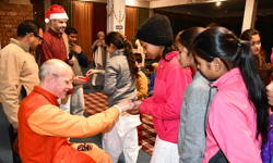 Swami Ritavan gifting rudraksha malas to children